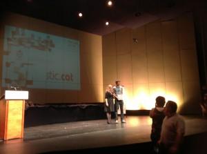 Arnau Duran recollint el Premi especial STIC de les mans de Trina Milan
