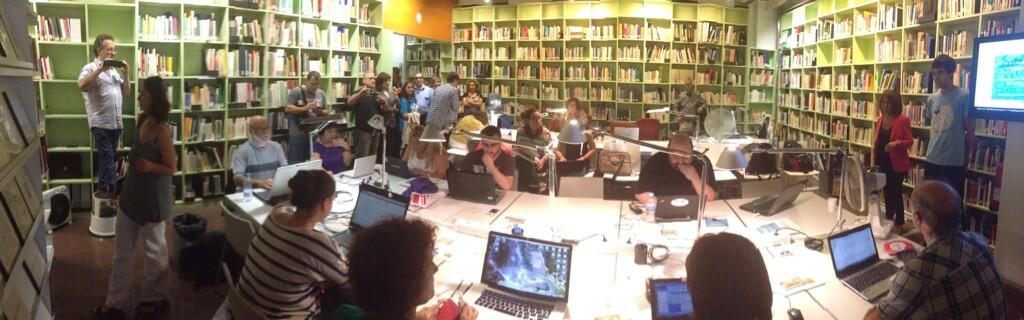 Panoràmica de la introducció d'Esther Franquesa, Directora General de Política Lingüística i Arnau Duran, president d'Amical Wikimedia