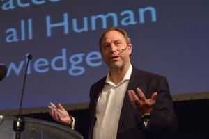 Jimmy Wales, fundador de la Viquipèdia, a la a la universitat Vrije Universiteit Brussel (Bèlgica) en una conferència sobre ciència oberta. Crèdit: VUBrussel.