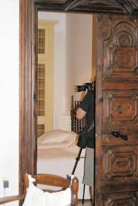 Un fotògraf dins d'un dormitori de Cal Bosch (Mollerussa)
